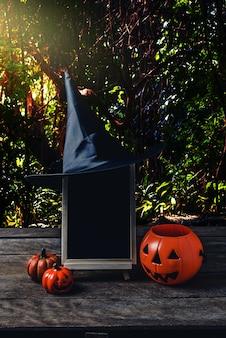 Fond d'halloween spooky citrouille, chapeau de sorcière, tableau noir sur plancher en bois
