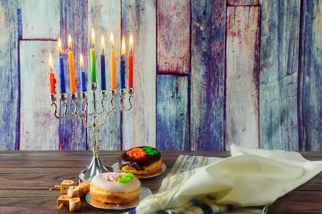Fond de hanukkah de symbole juif de fête juive avec la tradition de dreidel en bois de menorah