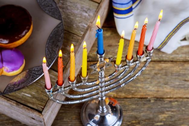 Fond de hanukkah de vacances juive avec la menorah
