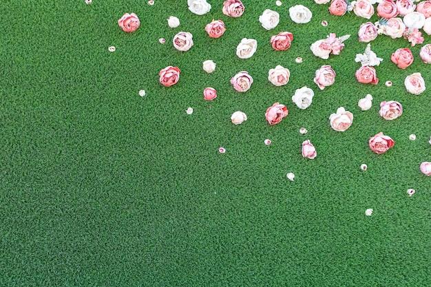 Fond d'herbe verte et de têtes de fleurs roses