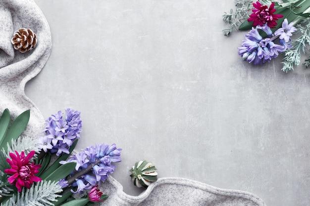 Fond d'hiver avec des fleurs de saison - jacinthe bleue et chrysanthème bordeaux, copie de fond en pierre