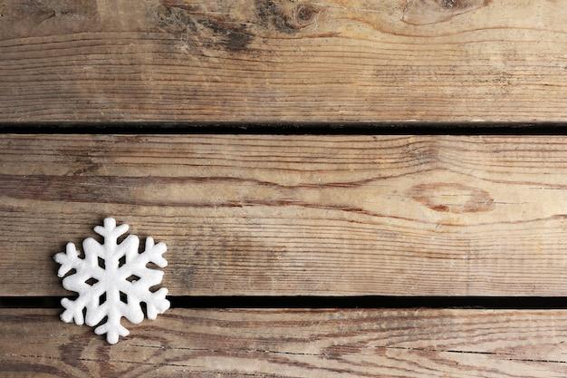 Fond d'hiver avec flocon de neige sur fond de bois