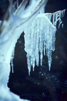Fond d'hiver avec des glaçons et un espace vide