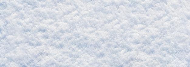 Fond d'hiver avec de la neige duveteuse blanche, panorama