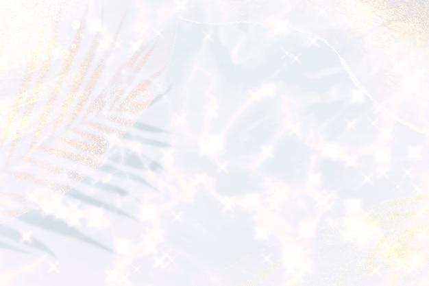 Fond holographique irisé blanc étincelant avec feuille de palmier scintillante