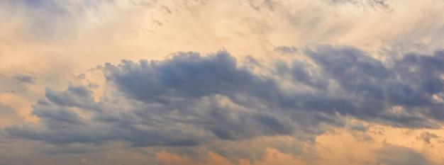 Fond horizontal naturel - ciel du soir orageux