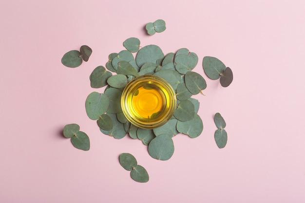 Fond d'huile d'eucalyptus feuilles et huile d'eucalyptus comme base pour les cosmétiques et la médecine photo de haute qualité