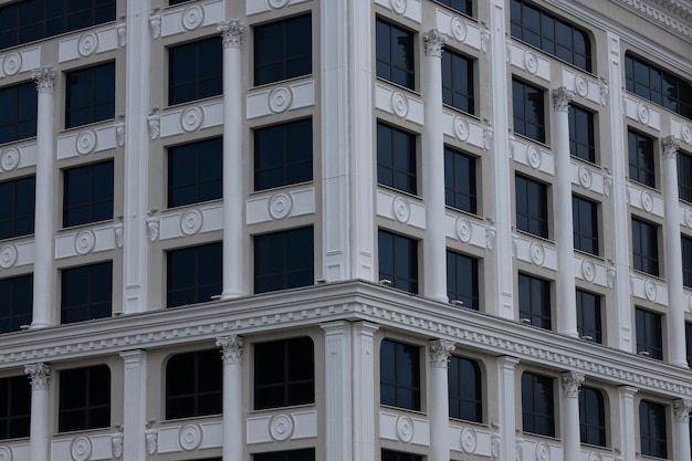 Fond d'immeubles modernes en verre avec un ciel bleu. façade en verre.