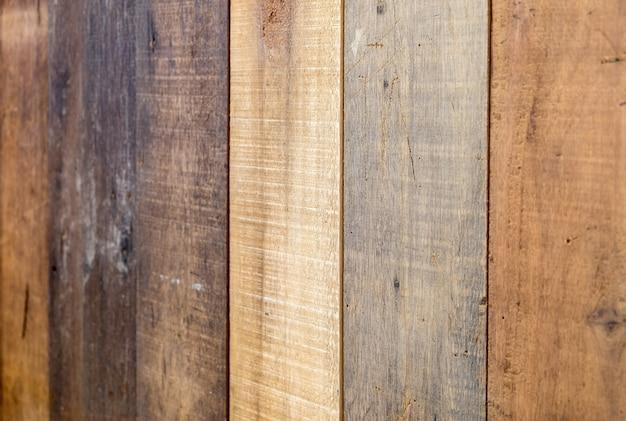 Fond d'inclinaison verticale coloré de planche de bois