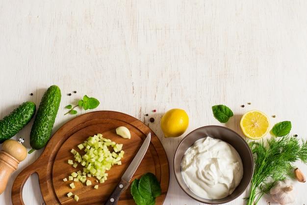 Fond avec les ingrédients pour la cuisson de la sauce tzatziki