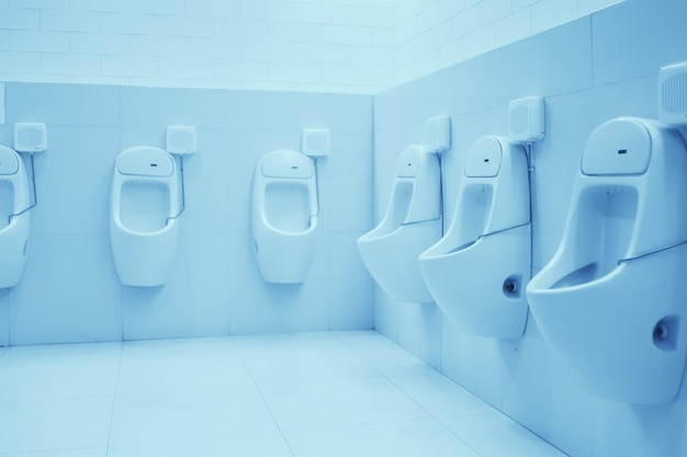 Fond intérieur propre blanc de toilettes publiques