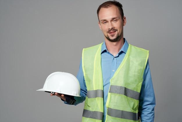 Fond isolé de constructeur de plans de constructeurs masculins