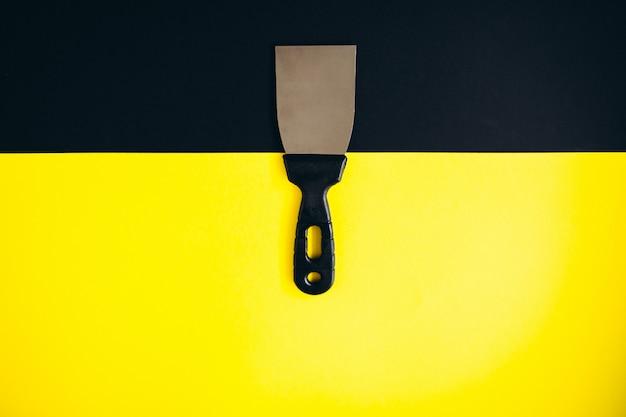Fond isolé de couteau à mastic