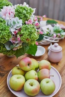 Fond de jardin d'été. bouquet de fleurs d'hortensias et tasse de thé sur table. bon matin douillet. pique-nique en pleine nature. carte de voeux pour la fête des mères. fête