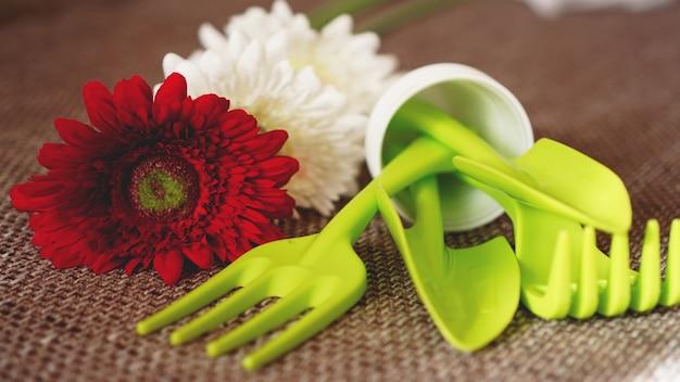 Fond de jardinage. outils et fleurs verts de jardinage - mise au point douce
