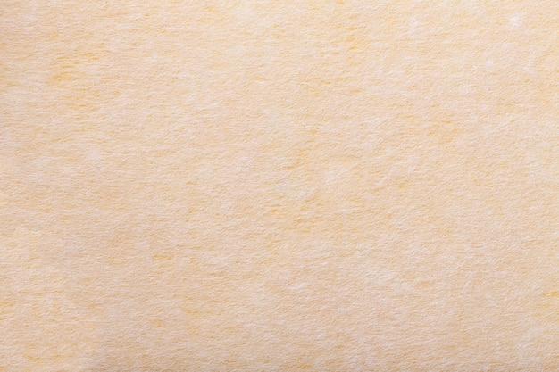 Fond jaune clair et blanc en feutre.
