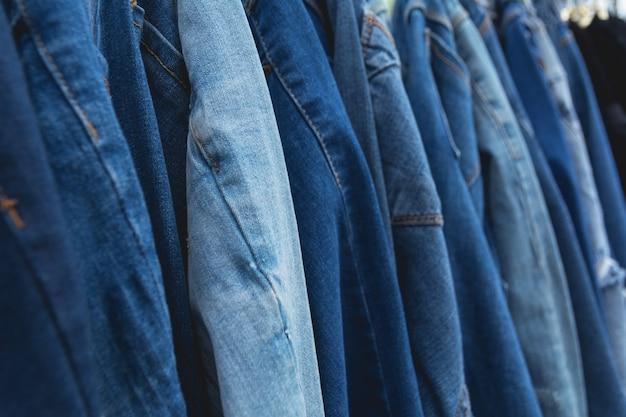 Fond de jeans bleu denim. blue jeans alignés sur le marché.