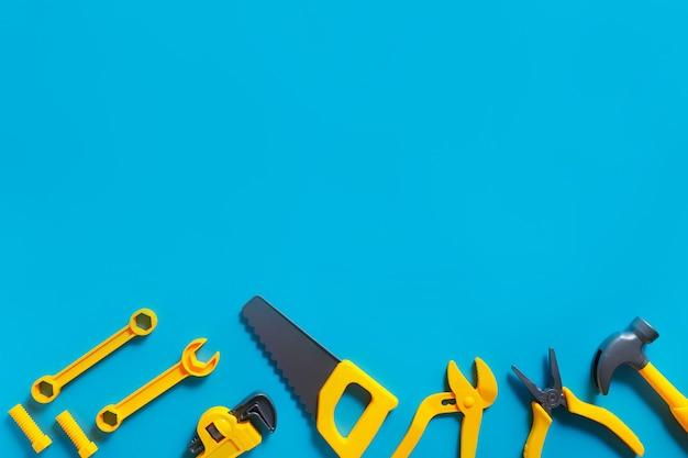 Fond de jouets. vue de dessus des outils jouets sur fond bleu avec espace de copie pour le texte.