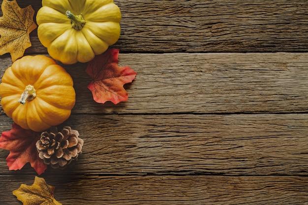 Fond de jour de thanksgiving automne avec les feuilles et les fruits tombés