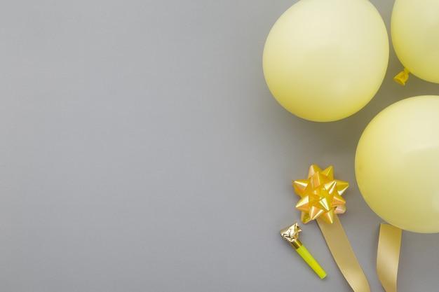 Fond de joyeux anniversaire, décoration de fête plate laïque sur les couleurs de l'année 2021