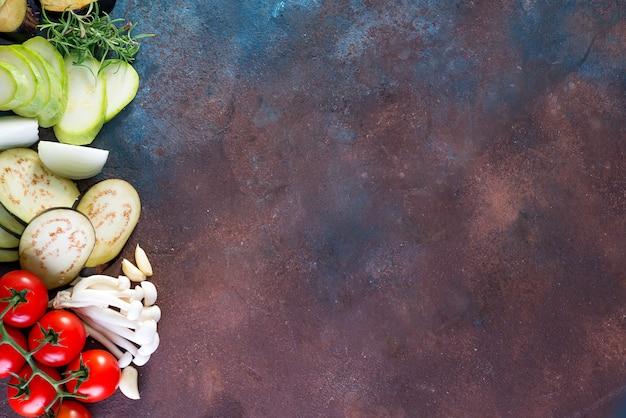 Fond avec des légumes sains frais sur fond sombre de pierre, plat poser surface