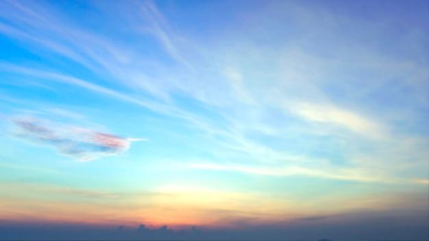 Fond de lever de soleil flou, lumière de début de matinée