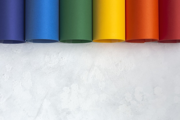 Fond lgbt avec carton de couleur arc-en-ciel d'en haut. mise à plat.