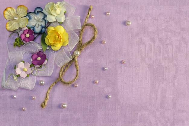 Fond lilas avec des fleurs et des décorations