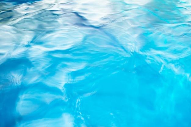 Le fond lisse de l'eau bleue naturelle