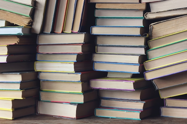 Fond de livres. les piles de livres sur l'étagère agrandi. bibliothèque. retour à l'école.