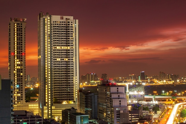 Fond de lumières du paysage urbain et bleu violet au crépuscule