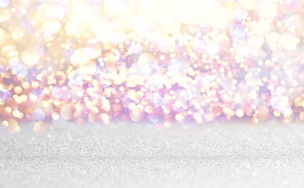 Fond de lumières vintage de paillettes argentées et blanches. défocalisé
