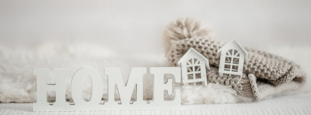 Fond avec maison d'inscription en bois. lettres décoratives formant le mot home.