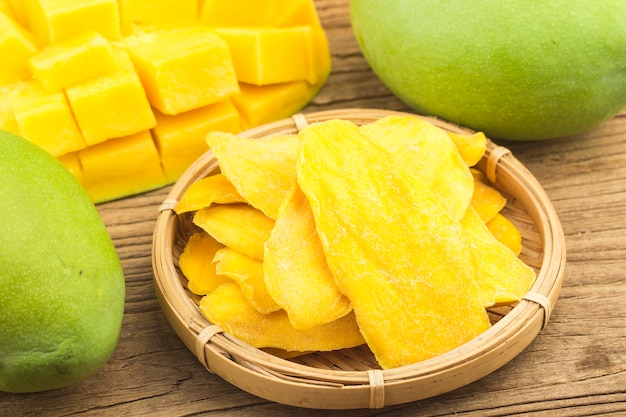 Fond de mangue séchée. tranches confites de gros plan de mangue.