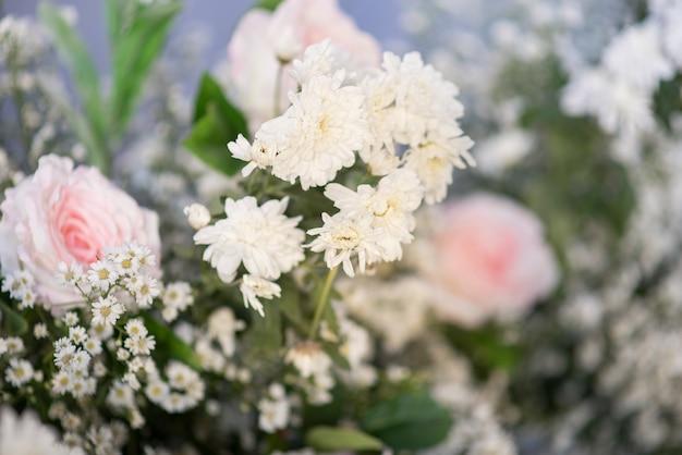 Fond de mariage avec fleurs et décoration de mariage
