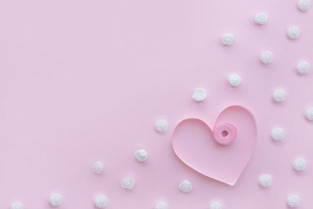 Fond de mariage rose décoré de ruban et de fleurs blanches