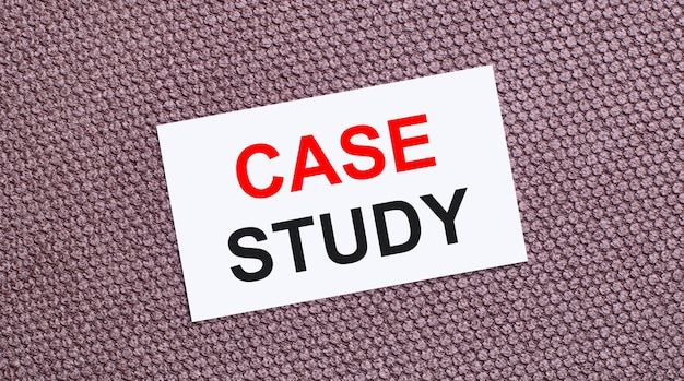 Sur fond marron, une carte rectangulaire blanche avec le texte étude de cas