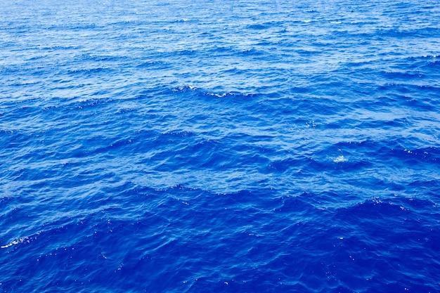 Fond de la mer. eau bleue aux reflets du soleil
