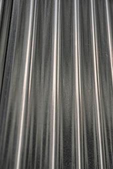 Fond métallique avec des lignes verticales