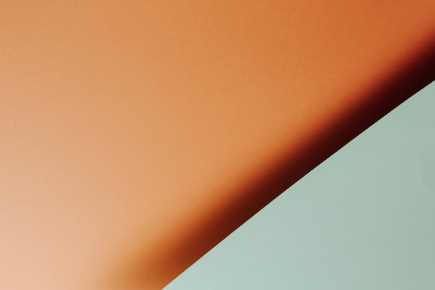 Un fond minimal plat bleu clair et orange avec des ombres et un espace de copie à remplir avec un message