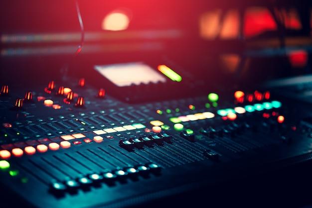 Fond de mixeur de musique avec beaucoup de taches claires bokeh