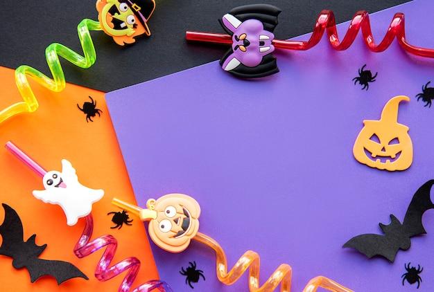Le fond moderne avec des citrouilles de chauves-souris laisse des araignées sur un fond violet