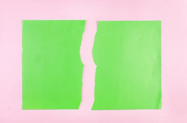 Fond avec des morceaux de papier vert déchiré