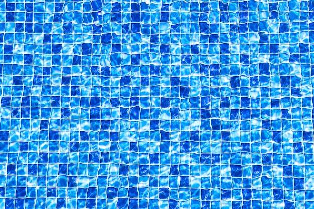 Fond de mosaïque de piscine texture de surface de l'eau de piscine avec impression de mosaïque carrée bleue