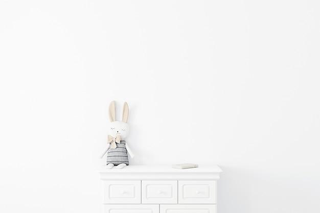 Fond de mur blanc enfantin avec lapin en peluche
