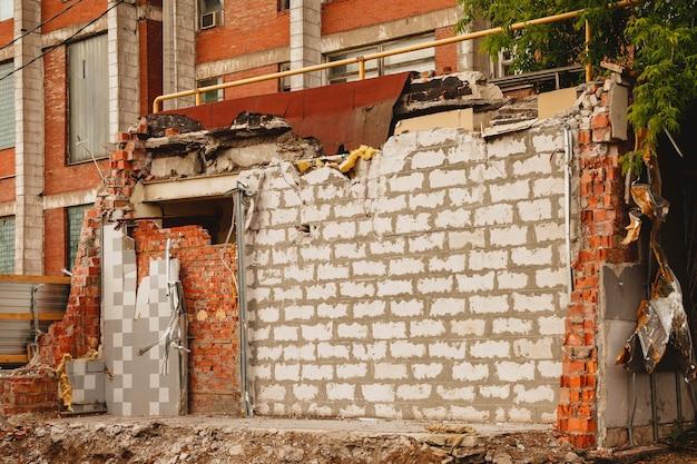 Fond de mur de briques blanches dans un bâtiment en ruine. construction et réparation de bâtiments anciens. blocs de construction avec espace de copyright