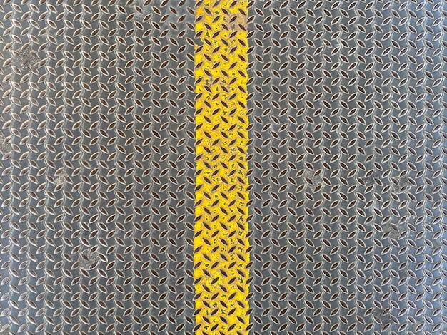 Fond de mur de plaque métallique ligne jaune.
