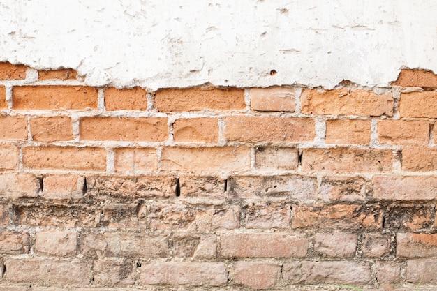 Fond de mur vintage en béton fissuré avec bois, vieux mur.