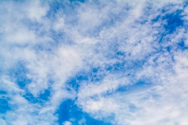 Fond de nature ciel bleu et nuages blancs