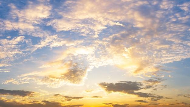 Fond de nature ciel nuage moelleux doré